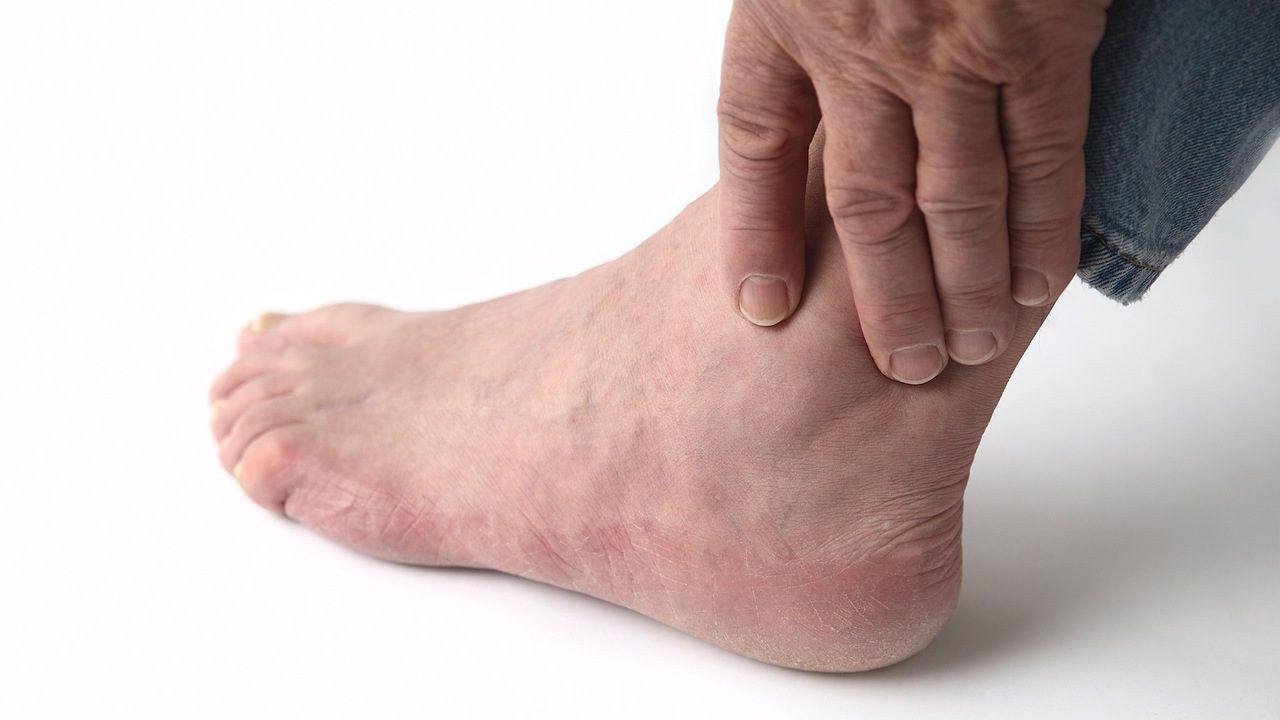 Болит нога возле голеностопа