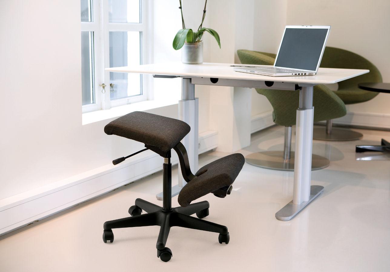 Коленный стул в офисе