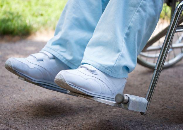 Полный или частичный паралич ног