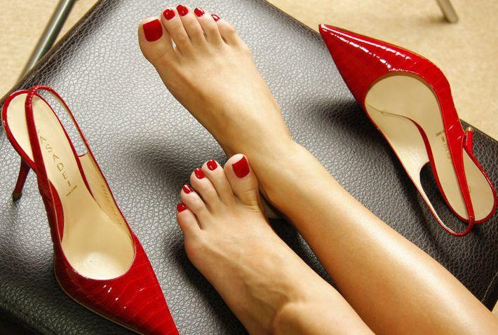 Усталые женские ноги