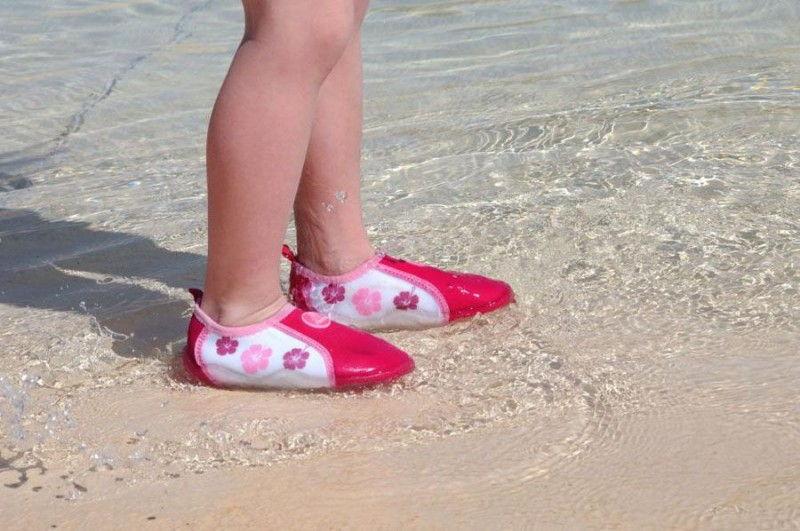 На пляж в обуви